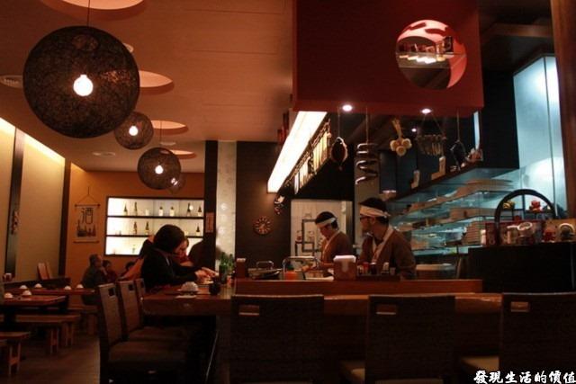 台南-花川日本料理。餐應一樓是吧台,還有一些較正式的餐桌。