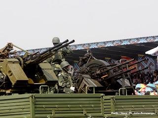 – Quelques armes lourdes de Fardc  lors du défilé du 30 juin 2010 à Kinshasa. Radio Okapi/ Ph. John Bompengo