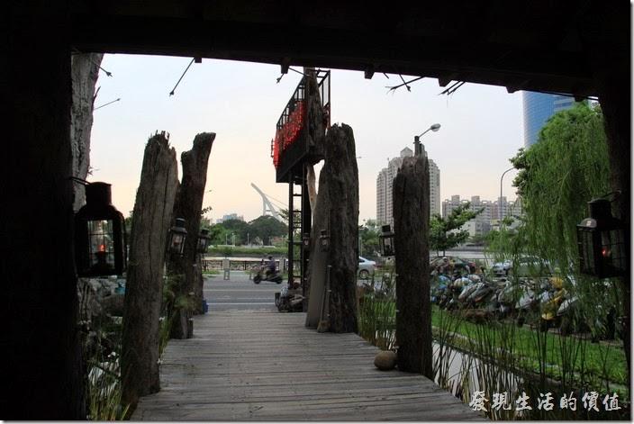 台南-逐鹿焊火燒肉。台南 逐鹿炭火燒肉的前面就是台南安平運河,也可以看見「臨安橋」。