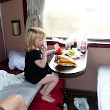 Silje i toget på vej til Nha Trang. Der bliver spist pom fritter og reje chips :-)