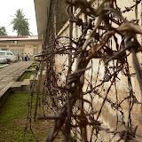 Un des 3 bâtiments de la prison est entièrement barbelé