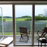 Mon ikke de gamle kan sidde og nyde et glas køligt hvidvin og lurer lidt på golfspillerne på sådan en terrasse?