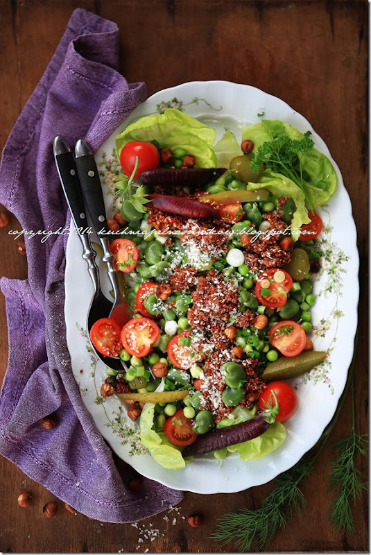 fioletowy groszek w sałatce z bobem, groszkiem zielonym, quinoa i ogórkirm kiszonym pod parmezanową chmurką (15)