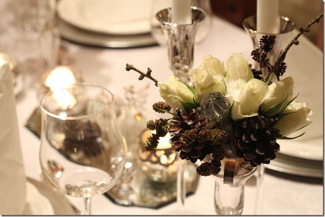 hvitt bord pyntet med sølv, kongler, diamanter og snø  IMG_0785