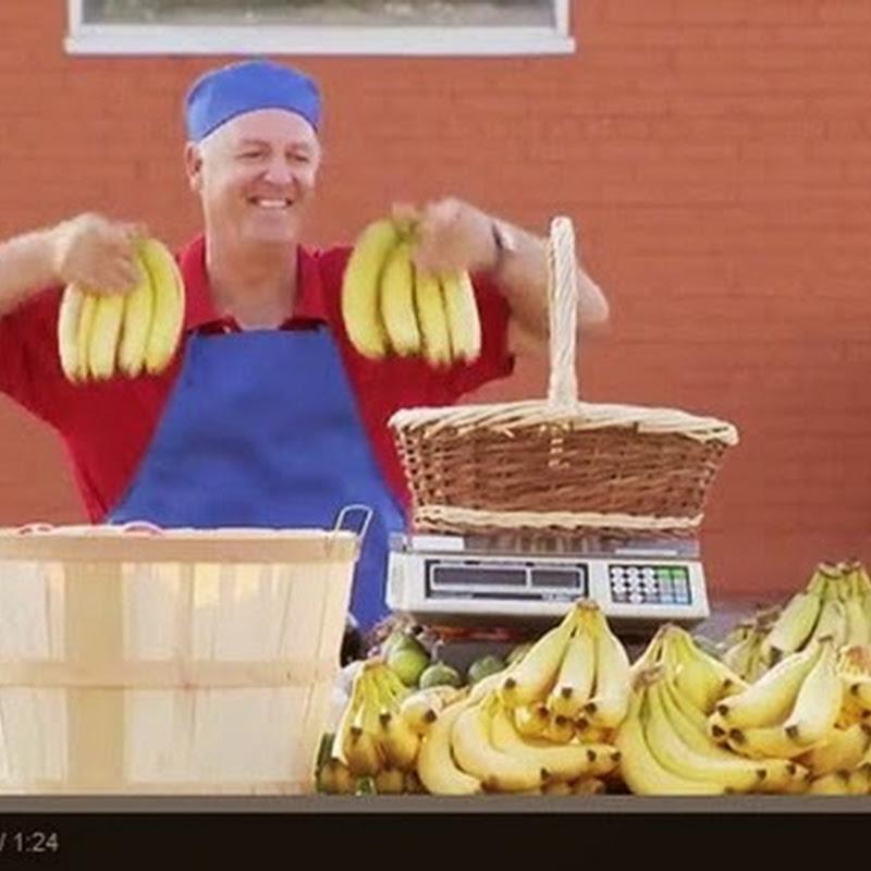 Ένας γορίλας κλέβει μπανάνες