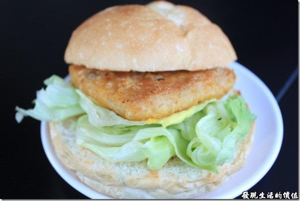 台南-菓溱是早餐店。法式紐澳良雞腿堡,雞腿則壓縮成一塊方形,看不大出來是一塊雞腿,下面還埋了一塊起士,吃起來口感還可以,就是有一股不太搭漢堡的味道,說不出來,可能是醬汁吧!
