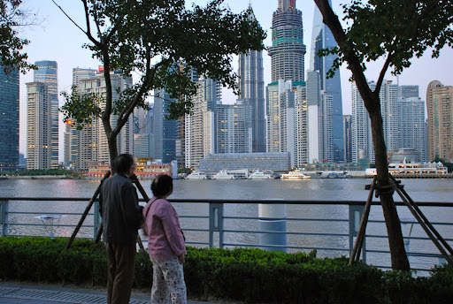 Shanghai South Bund - Passants admirant les tours