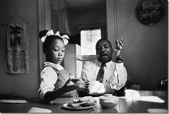 Foto de James Karales. Martin Luther King em casa com a filha Yolanda. Montgomery. EUA, 1962.Nesta fotografia o pastor e líder do movimento pelos direitos civis Martin Luther King tenta explicar à sua filha Yolanda por que ela nã