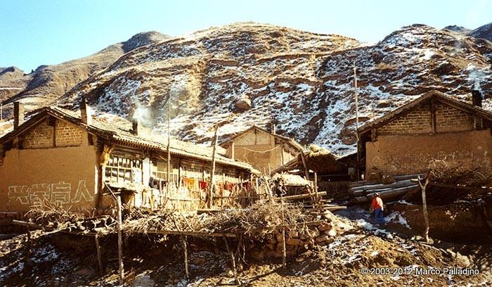 Poverissimo villaggio agricolo nel nord dello Shanxi, in una zona soggetta ormai a desertificazione a seguito delle deforestazioni degli ultimi 50 anni