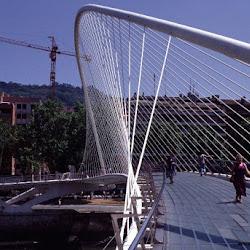 29.- Santiago Calatrava. Pasarela sobre la ría del Nervión. Bilbao