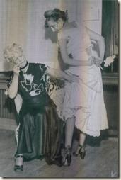 Marthe Richard sur scène examinant une pensionnaire
