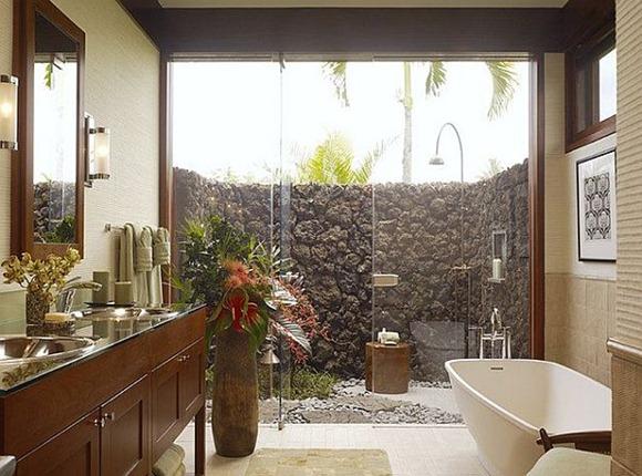 Bonito cuarto de baño de color con influencias tropicales