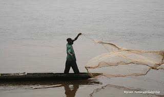 Pêcheur sur le fleuve Congo au niveau de Maluku, Kinshasa, 2006.