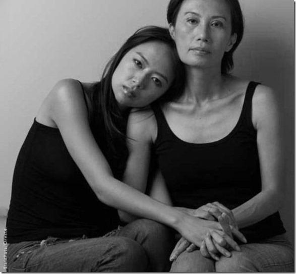models-pose-moms-24