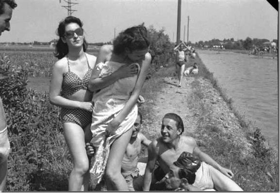 Bagnanti domenicali sul Canale Villoresi. 1948