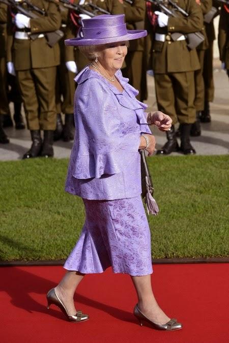 La reina Beatriz de Holanda sonríe a su ll