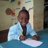Emanuel ijverig aan het schrijven