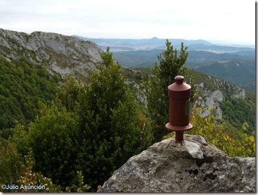 Buzón de la Peña de Pausaran con el Elke al fondo - Valle de Arce - Navarra