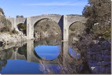 Le vieux pont d'Issensac a été restauré récemment. JP descend pour l'immortaliser !