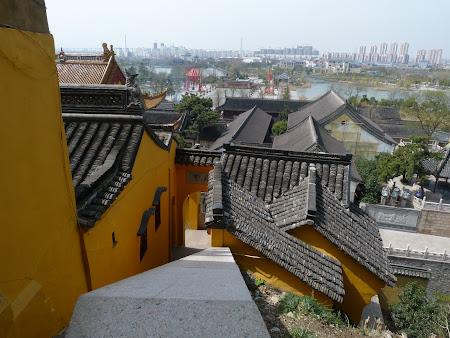 Obiective turistice Zhenjiang: urcand spre pagoda Jinshan