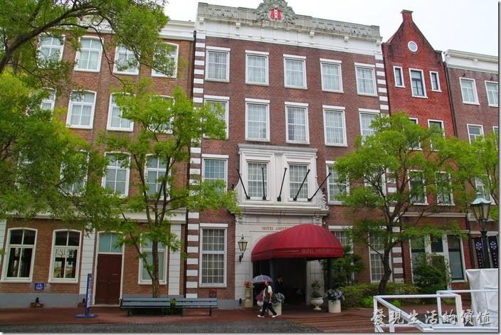 北九州-豪斯登堡-阿姆斯特丹大飯店。我們這次入住的是【阿姆斯特丹大飯店】。對飯店第一眼的印象是非常的歐式建築,有挑高的的大廳,非常有希臘神話宮殿的感覺,因為有許多的希臘神話雕像,不過到了房間後感覺就有點給它普通,也不是說那裡不好,就有點商務旅館的那種感覺,而沒有大廳希臘神話般的夢幻。