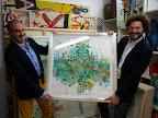 """José Luis Anzizar y Fernando sosteniendo otra de las obras que formarán parte de la muestra """"Urban Papers"""""""