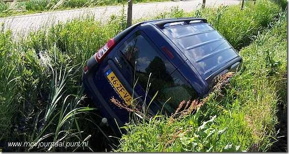 Dacia in de sloot 01