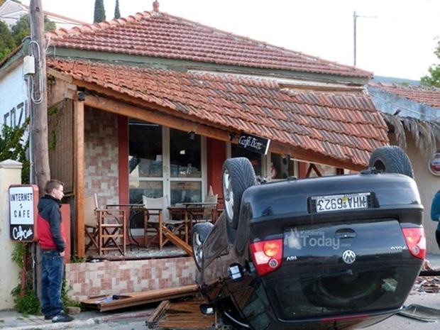Αυτοκίνητο έπεσε πάνω σε καφετέρια στα Περατάτα