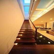 Diseño-interior-escaleras-arquitectura-moderna-casa-satu