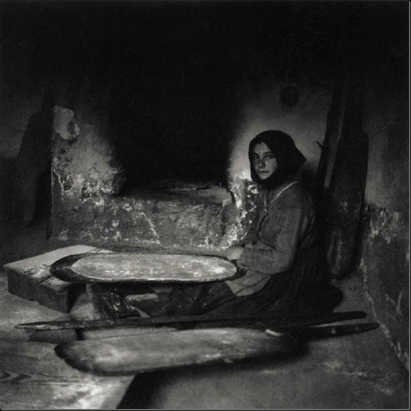 © Ugo Pellis-Museo delle Culture, Lugano, Switzerland. - Donna che inforna il pane - Fonni - 9 Novembre 1934