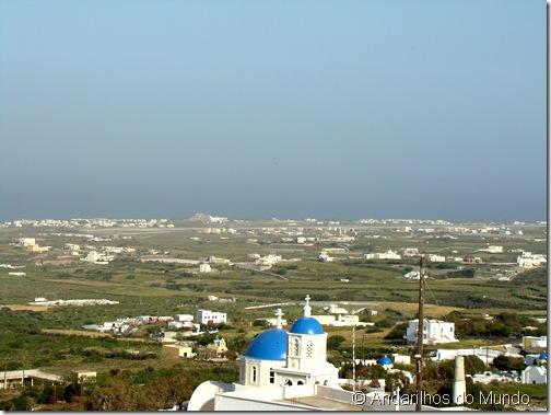 Visão leste da ilha de Santorini com igrejinha