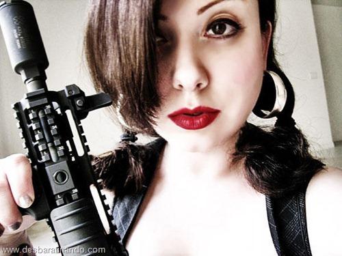 gatas armadas mulheres lindas com armas sexys sensuais desbaratinando (9)