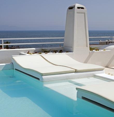 muebles-de-piscina-camas-jardin-piscina