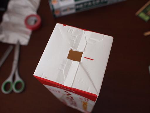 [写真]牛乳パックの底に小さな窓をあけ