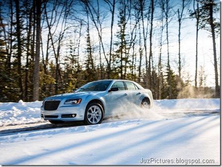 Chrysler-300_Glacier_2013_800x600_wallpaper_05