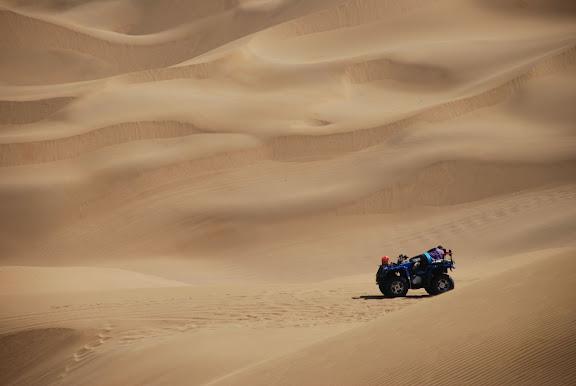 Dunes - Buggy au milieu des dunes