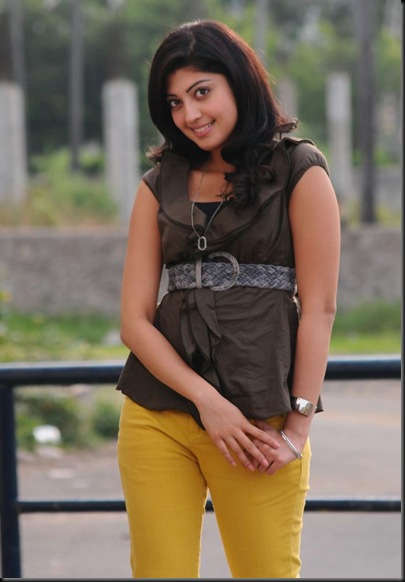 praneetha Karthi Saguni movie stills _26