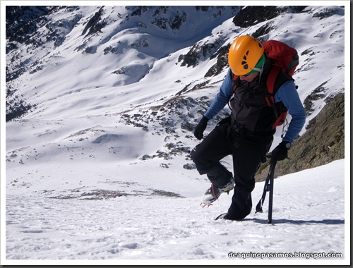 Canal Central SO 200m 50º con esquis (Pico de la Montañeta 2552m, Benasque, Pirineos) (Isra) 3334