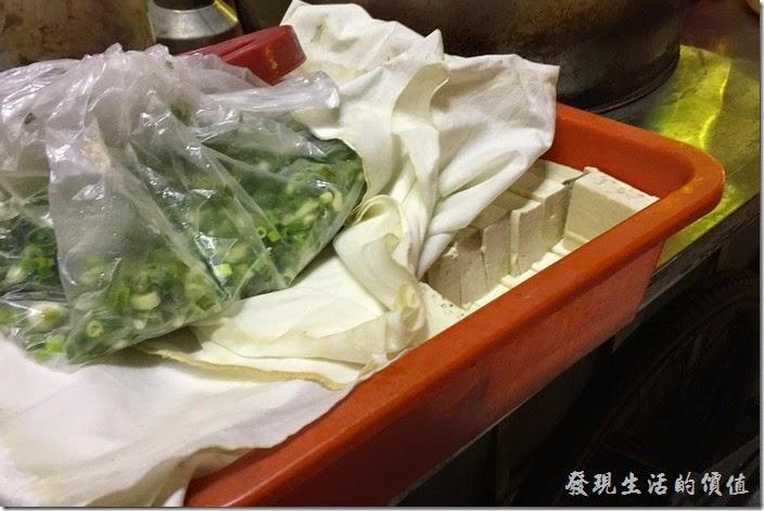 台南-無名臭豆腐。旁邊擺著還沒炸的臭豆腐。