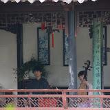 伝統楽器の琵琶(びわ)を弾く女性。