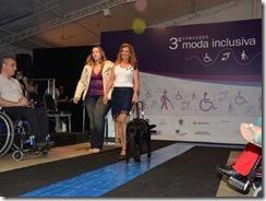 Modelos com deficiência: Modelo vencedora desfila com seu cão-guia