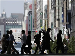 Pedestres atravessam a rua no distrito comercial de Ginza, em Tóquio, no Japão: governo vê a economia forte o suficiente para lidar com o aumento planejado do imposto sobre vendas