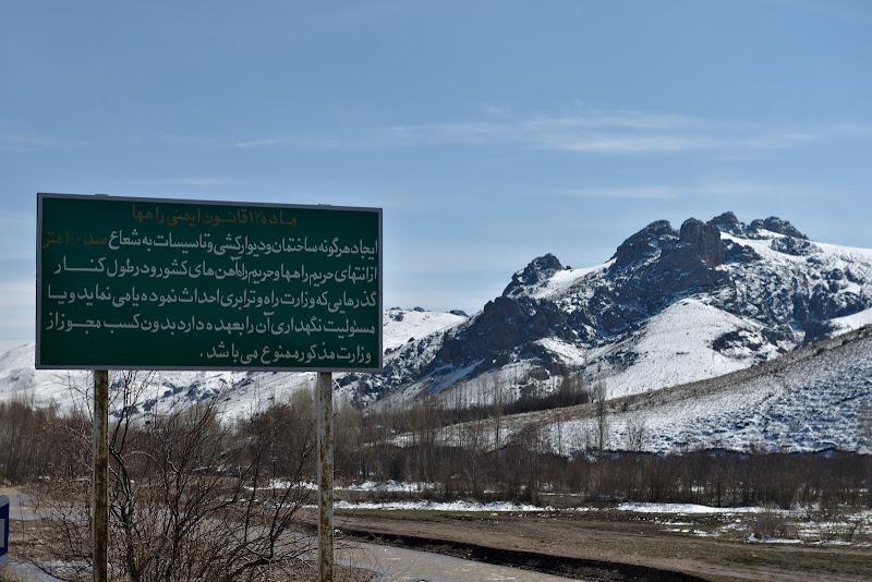 Farsi scrisa cu litre arabice, litere destul de elegante ca infatisare dupa parerea mea.