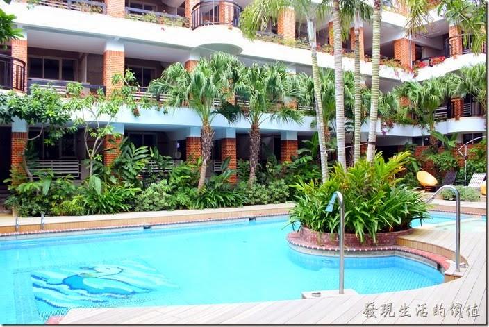 墾丁-冒煙的喬雅客商旅。飯店的中庭還有個SPA舒壓水柱的戶外游泳池,規畫有150公分標準深度的區域可以盡情享受游泳的樂趣。