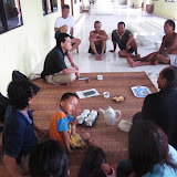 写真5 Rumah Nugaで聞き取り調査をする祖田 / Photo5  Prof. Soda making interviews at the longhouse in Rumah Nuga.