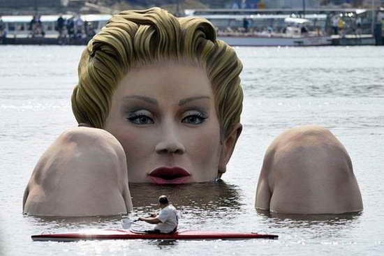 Giant_Bathing_Woman-Sculpture-in- Hamburg01