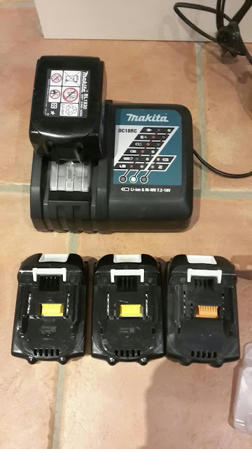 4 batteries makita dont une compatible