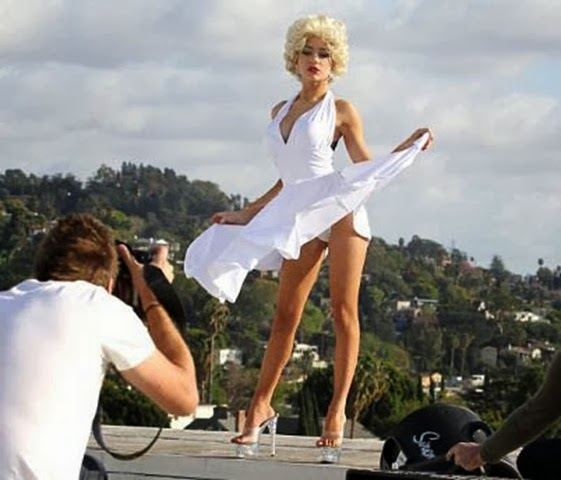 Courtney-had-a-stunning-Los-Angeles-backdrop-for-her-photo-shoot