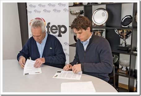 Ricardo Fernández y Miguel Medino colocando su firma en el nuevo contrato que une a HEAD Y FEP