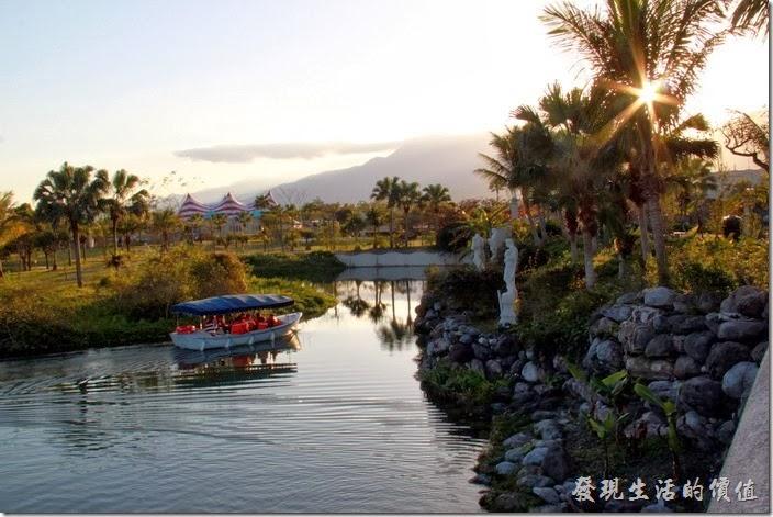 花蓮-理想大地渡假村。這裡是大島旁的運河水道,右邊的河岸可以看見三尊希臘神祇,分別為支配天使、勝利天使(Nike)與光榮天使,遊艇上解說員正在導覽河岸的風光與渡假村內的景色。
